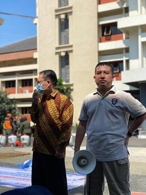 Wakil Rektor II (kiri) Dalam Memberikan Sambutannya